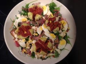Ein schöner Abend mit leckerem Salat mit Feigen
