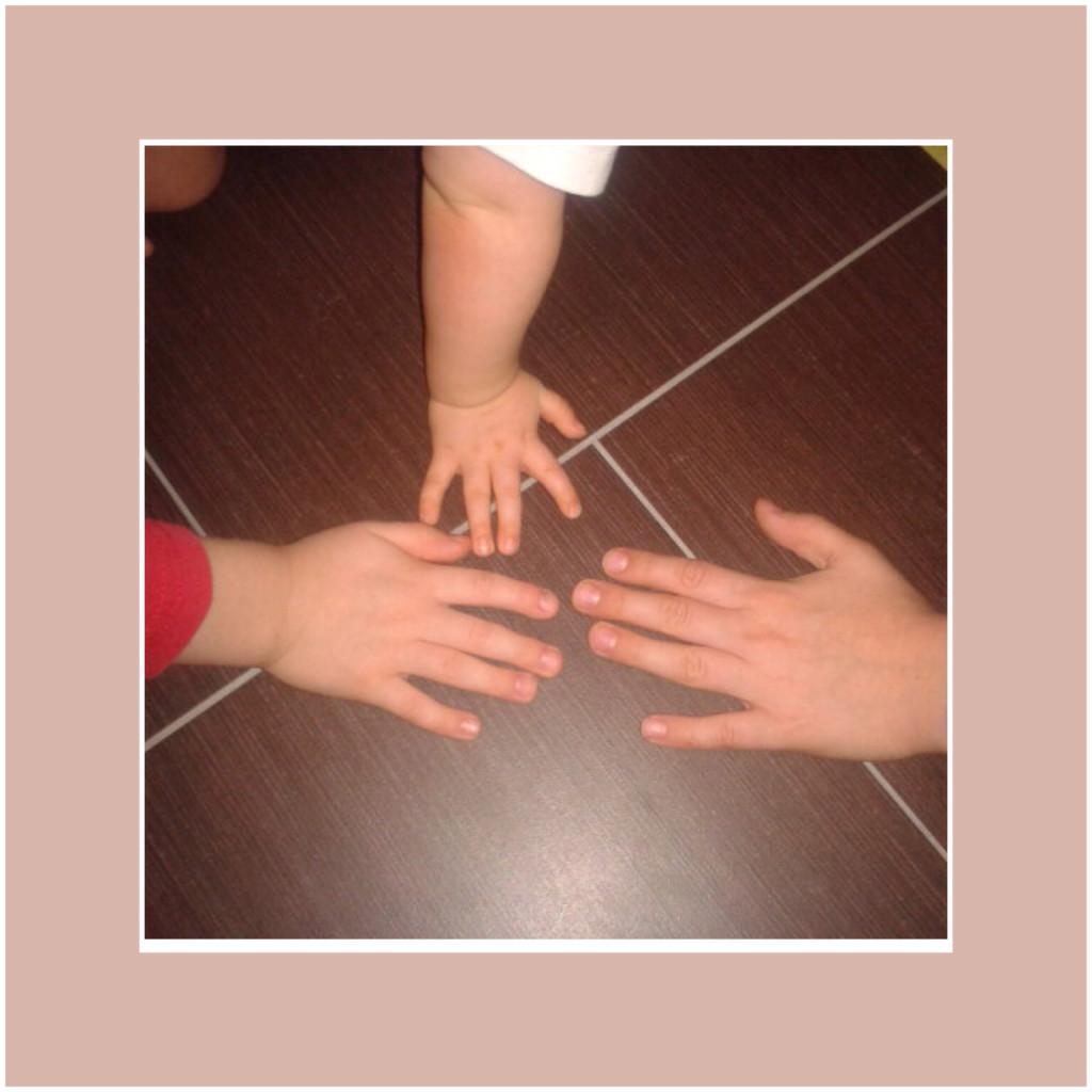 Kleine Hände beim Wachsen