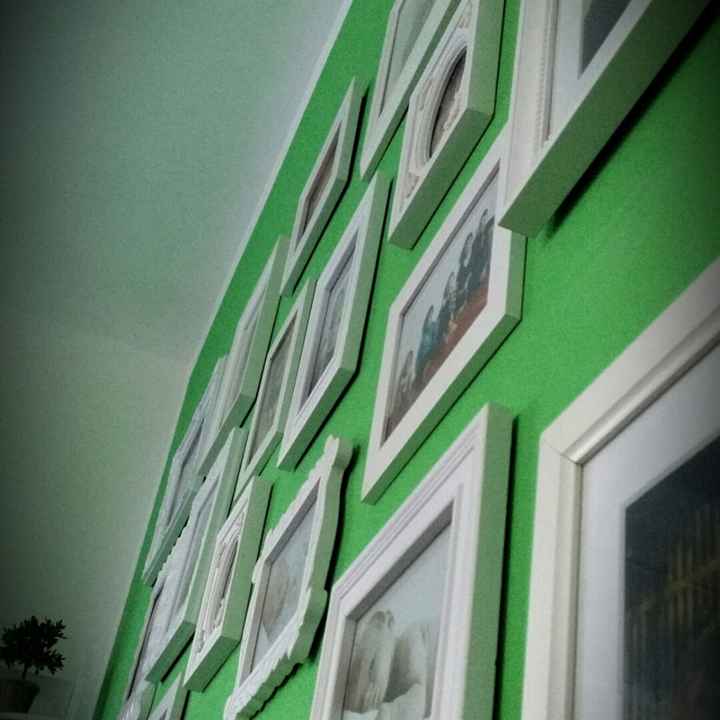 Wand grün weiße rahmen wohnzimmer