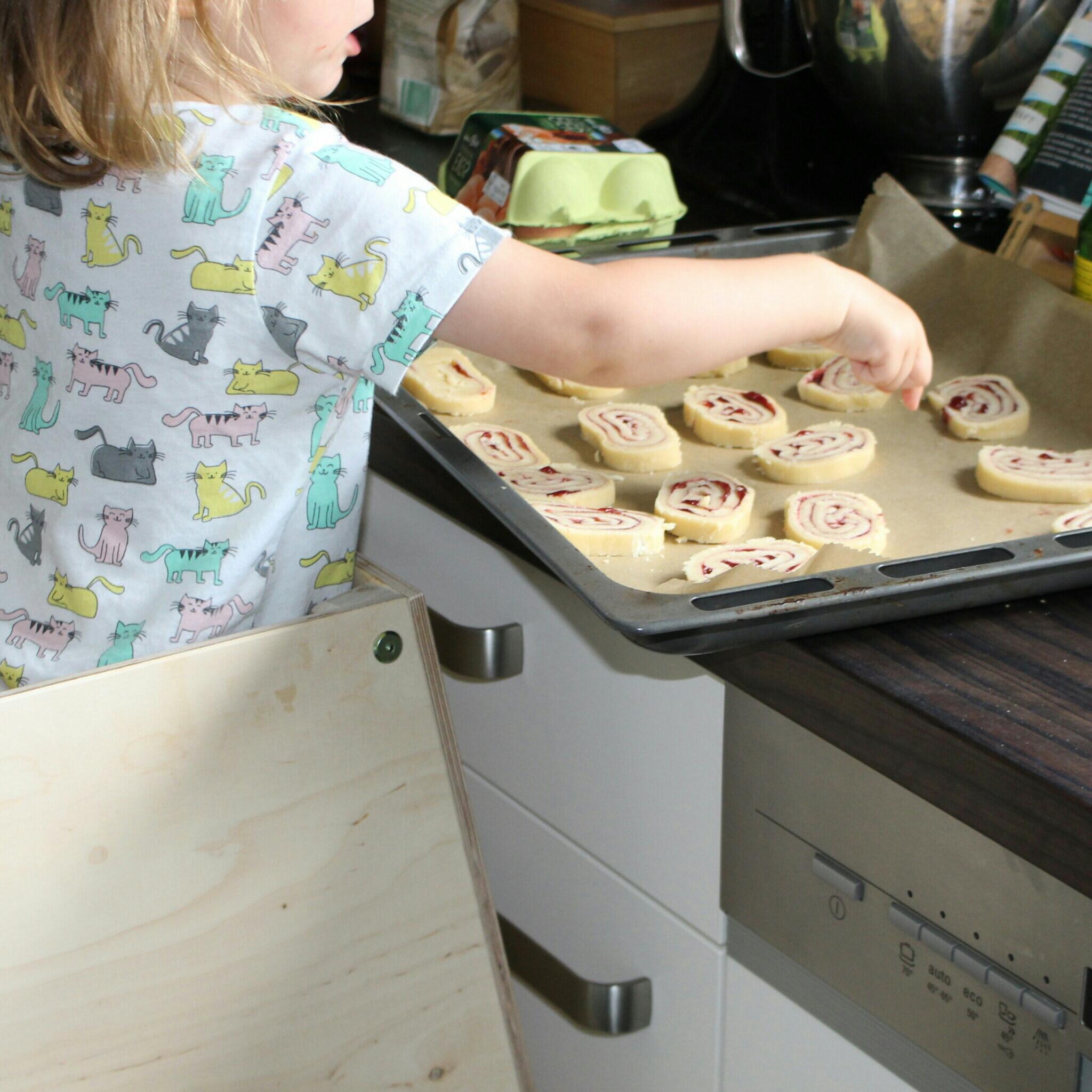kidztower hochstehvorrichtung kinder helfen in der küche